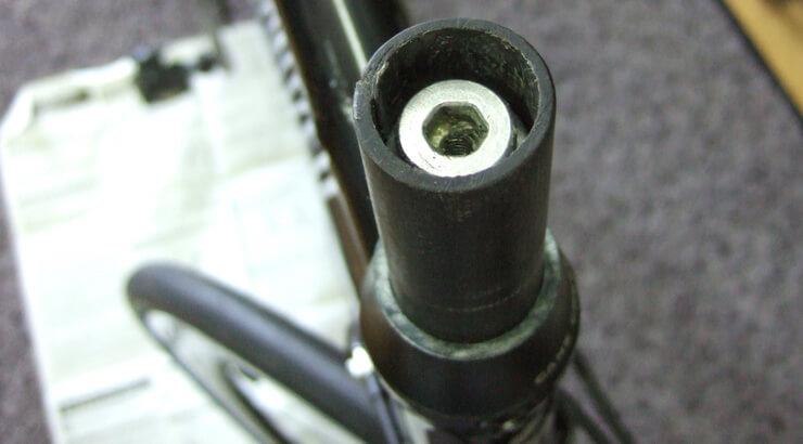 買取りしたバイクに生じていたカーボンコラムの亀裂